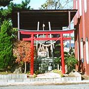 本社脇にある駒形神社・分社、「社運をかけて安全運転」の守り神です。